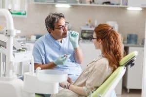 רופא שיניים מסביר למטופלת על רסן פנימי נסתר